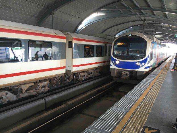 Skytrain fährt ein Bahnsteig Bangkok