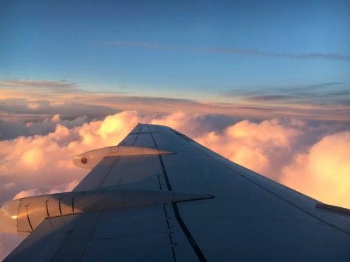 Blick aus Flugzeug bei Sonnenuntergang