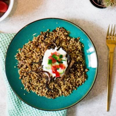 Recept voor Majadra met Quinoa een Vegetarisch Oost Mediteraans gerecht.