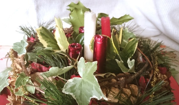 tabletop-advent-wreath-evergreens-on-red-plate-with-candles-in-centre