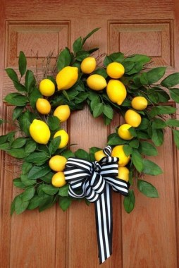 28 Cheery Spring Wreath Ideas To Beautify Your Front Door 29