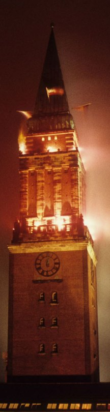 1960-Kiel-Rathausturm-im-bengal-Feuer-KiWo-Sig-25321-StAK-Gasch