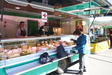 Käseeinkauf beim Wochenmarkt auf dem Kieler Exerzierplatz im April 2020. Foto skw