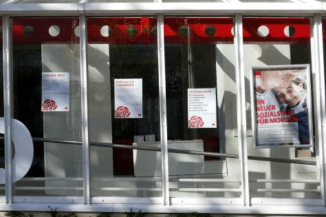Soziale und Corona-Botschaften an der Kieler SPD-Zentrale. Foto skw