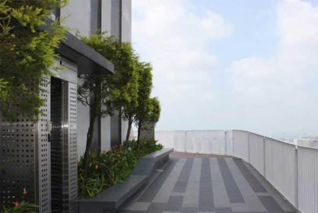 Sân thượng trên tầng 50 - có tên là Skybridge. Người ngoài cũng có thể lên đây với mức phí khoảng 4 đô la Singapore mỗi người