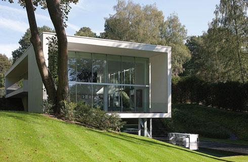 Biệt thự 2 tầng có thiết kế khỏe khoắn, xây bám theo sườn đồi.