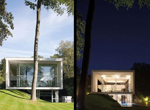 Thiết kế của dinh thự ôm sát phần dốc, lựa theo phần vát của đồi cỏ.