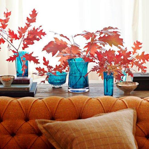 Kết hợp các đồ trang trí có màu sắc tương phản như hoa hoặc lá màu đỏ cắm trong bình màu xanh.