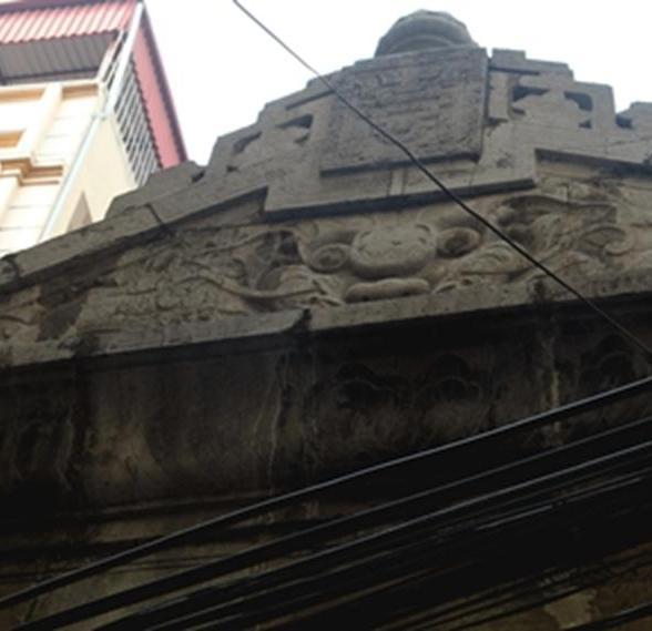 Vòm mái được chạm trổ công phu hơn nhưng đã mòn đi khá nhiều và đen xỉn vì bị ám khói than của các hộ dân sống xung quanh.