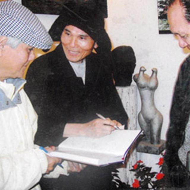 Thiền sư Viên Thức (người đứng giữa)