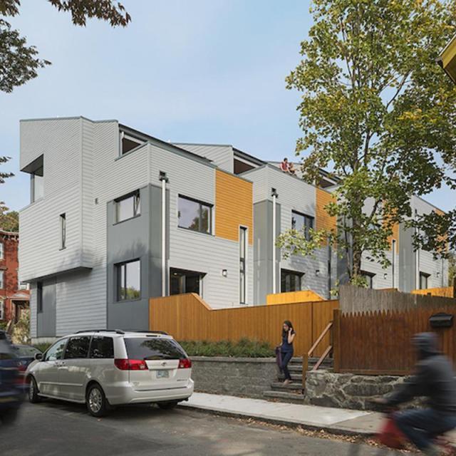"""""""Roxbury E +"""" bao gồm 4 ngôi nhà liền kề với 39 tấm năng lượng mặt trời trên mái có thể tạo ra rất nhiều năng lượng (gần 10.000 kW một năm)."""