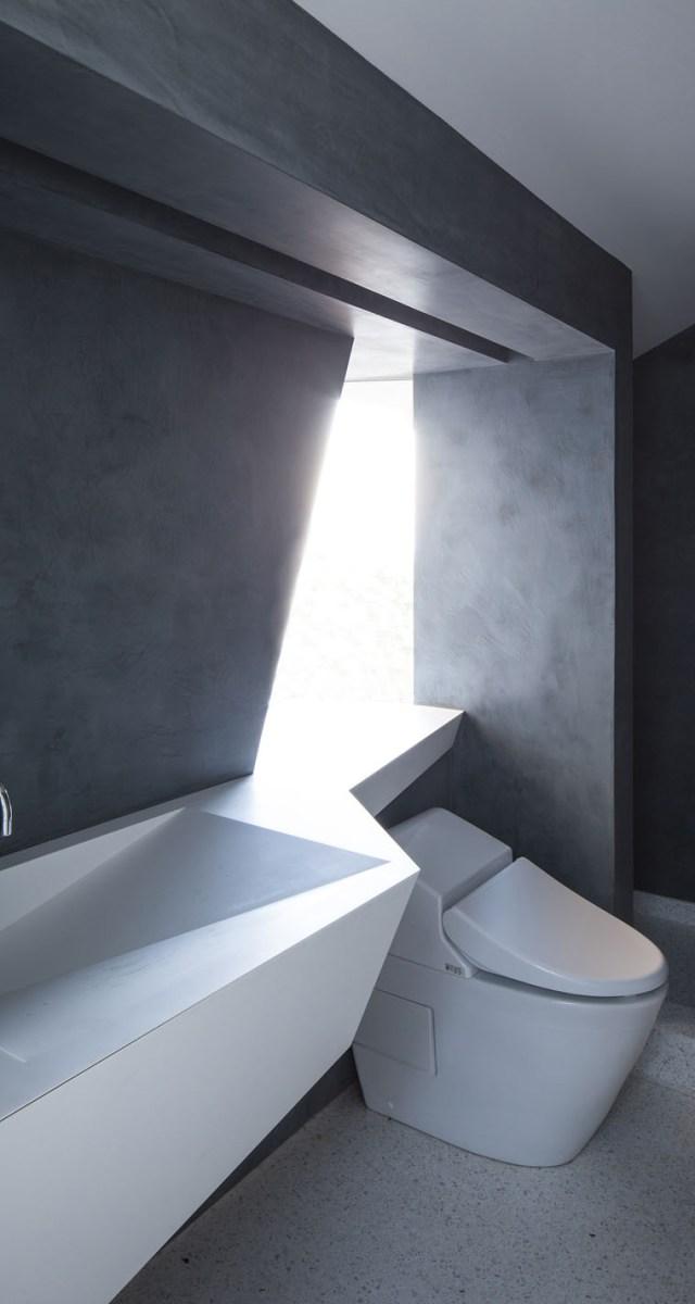 Một món thiết bị nhà vệ sinh cũng nhắc lại ngôn ngữ thiết kế khác lạ của công trình