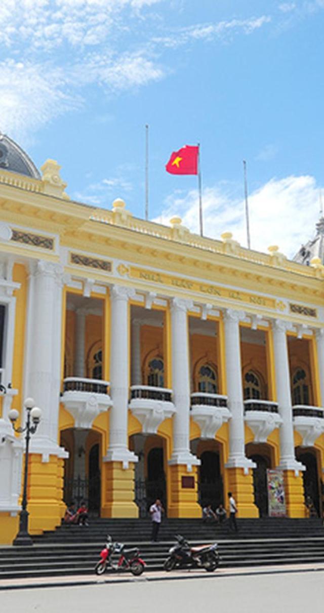 Nhiều người đi đường ngạc nhiên với diện mạo mới của Nhà hát Lớn, nơi Quốc hội nước Việt Nam Dân chủ Cộng hòa họp khóa đầu tiên và thông qua bản Hiến pháp đầu tiên năm 1946.