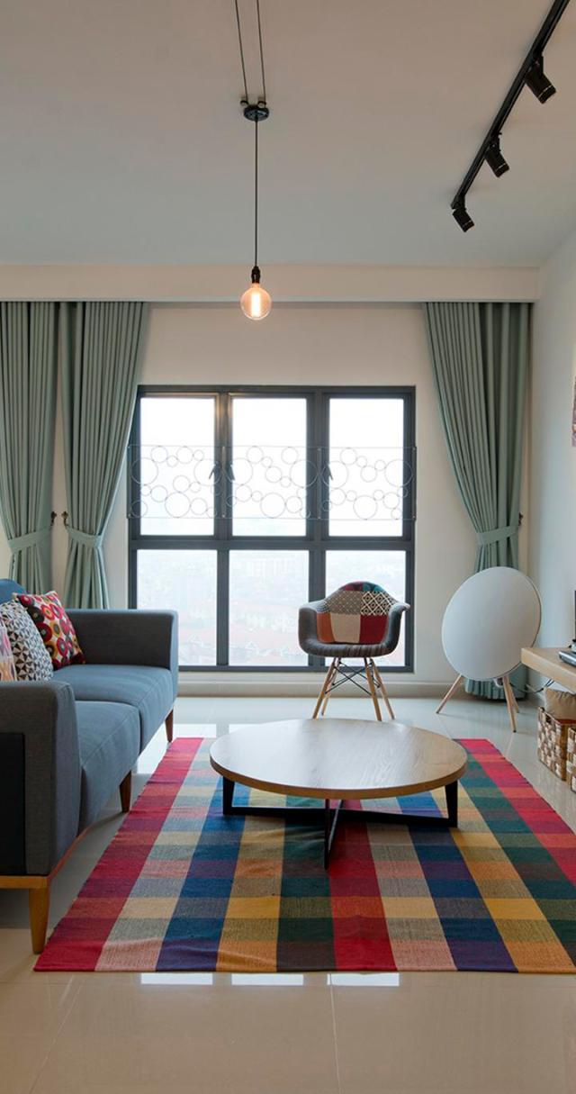 Phòng khách được phối màu và sử dụng các chất liệu ngẫu hứng. Ảnh © Lê Anh Đức