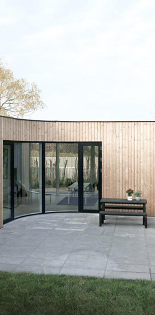 Được xây dựng ở ngoại ô Copenhagen, Villa One sử dụng các cấu trúc gỗ tối giản bọc xung quanh mặt tiền để phù hợp với chi phí, nhưng vẫn mang đến một chất lượng sống cao.