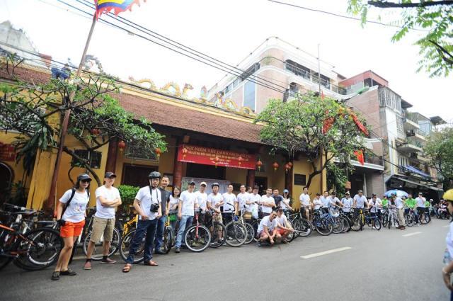Đoàn xe đạp dừng chân nơi đền Bạch Mã, một trong nhưng điểm quan trọng của Tứ trấn Thăng long xưa
