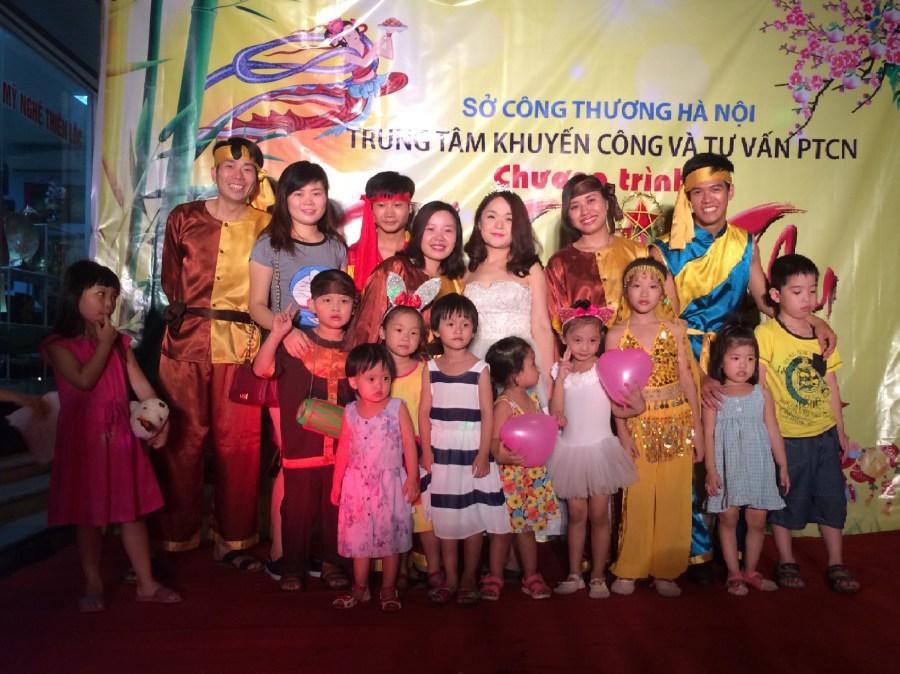 Tôi đã biết yêu thương những người phụ nữ Việt Nam từ khi còn tấm bé qua câu hát thuở măng non: \u201c\u2026mẹ ơi mẹ nghỉ tay, chiều qua đọc thư bố, ...