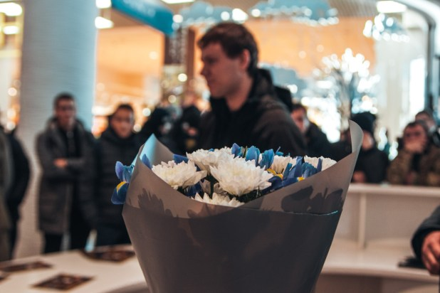 The organizer discussed with a woman shopping center and then apologized, delivered the bouquets