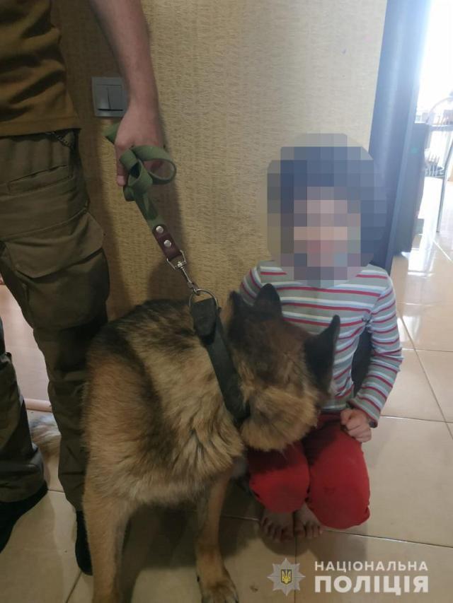 Ребенок общается с собакой. Источник фото: Национальная полиция