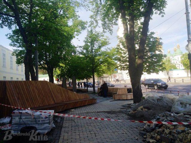 Места хватит всем: в Литовском сквере установили огромную деревянную скамейку фото