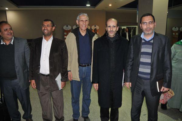 الخلفي أثناء استقبال مراد بوريقي في المطار: آش واقع؟
