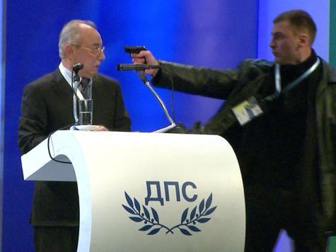 على الهواء مباشرة.. زعيم أتراك بلغاريا ينجو من محاولة اغتيال (فيديو)
