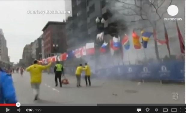 """انفجارات بوستن.. الشرطة تبحث عن """"رجل داكن البشرة يتحدث لغة أجنبية"""" (فيديو)"""