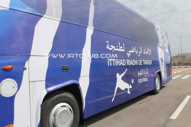 """الكرة مخلطة بالسياسة.. البام يستنكر الهجوم على حافلة """"اتحاد طنجة"""""""