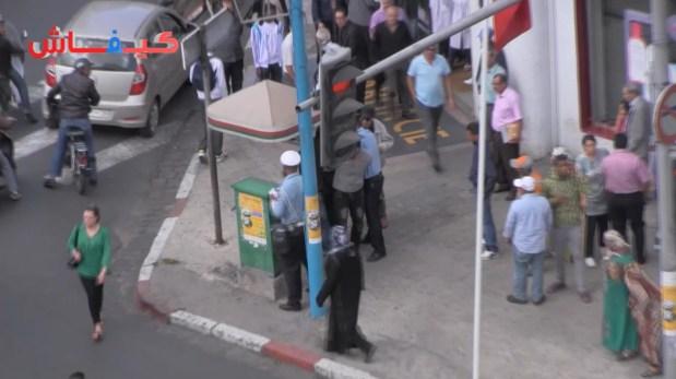 سياسة شدّوني ولا نطيح.. بيضاوي يهدد بالانتحار بعد مخالفة مرورية (فيديو)