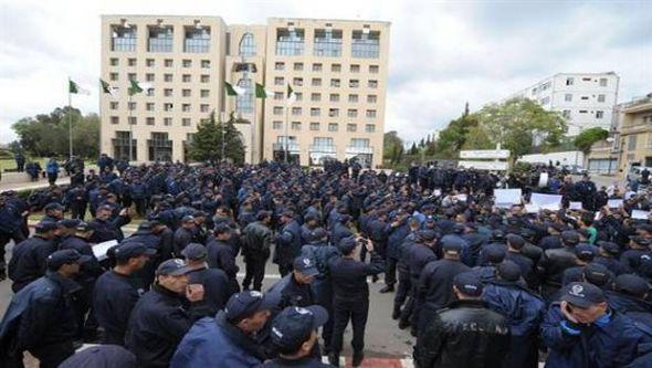 الجزائر.. الشرطة تحتج أمام مقر الرئاسة عاوتاني