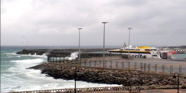 بسبب العاصفة.. إغلاق ميناء طريفة