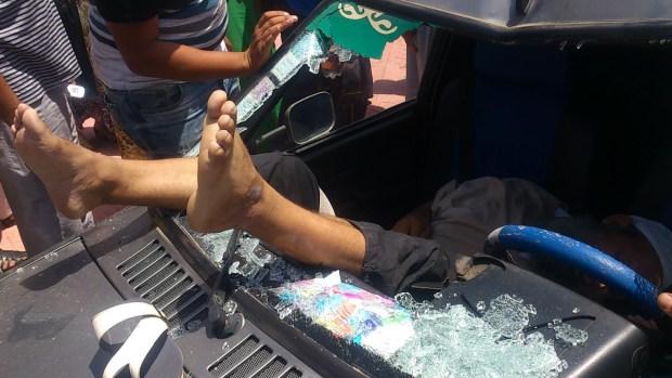 مراكش.. بائع متجول يحتج بنطح زجاج سيارة