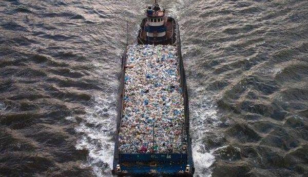 عاجل.. الحكومة تقرر وقف استيراد النفايات وتعليق استعمال الشحنة الإيطالية