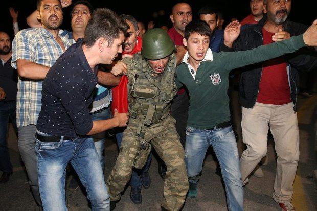 تركيا.. تسريح 8 آلاف شرطي واعتقال 3 آلاف جندي