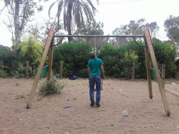 كازا.. رجل يشنق نفسه في حديقة (صور)