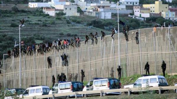 حريك.. مئات المهاجرين يقتحمون سبتة