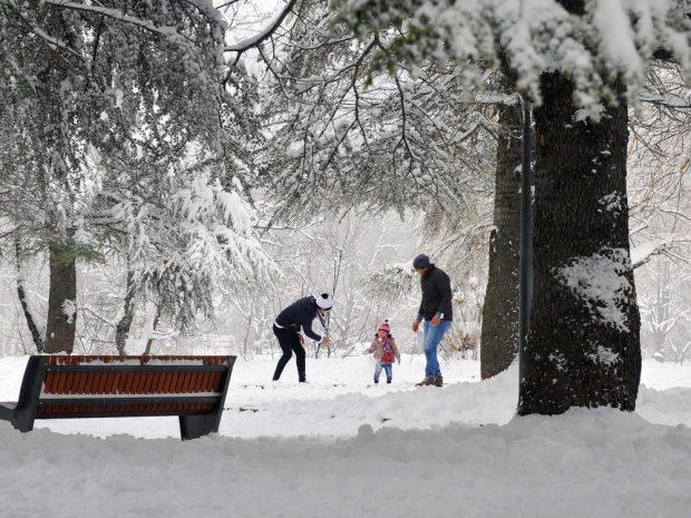 روبورتاج مصور.. فرحة بالثلوج في إفران