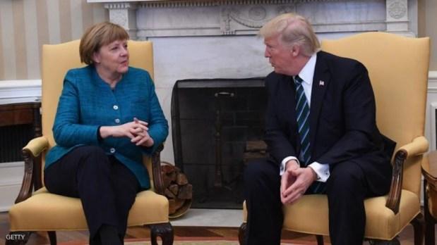 ترامب ما بغاش يسلم على ميركل.. بوليميك في ألمانيا ونفي في أمريكا!! (فيديو)