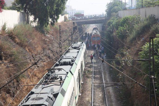 مكتب القطارات كيدافع على راسو.. مسافرين طلقو صافرات الإنذار وخرجو يحتجو فالسكة