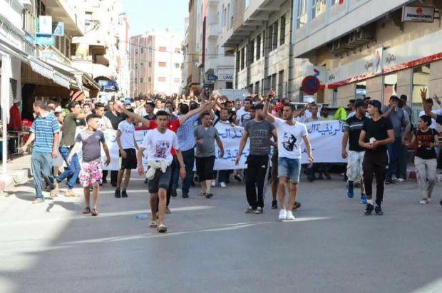 غازات مسيلة للدموع لتفريق المحتجين.. مسيرة الحسيمة بالصور