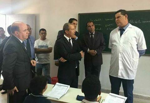 صورة أثارت اهتمام رواد الفايس بوك.. الوزير والأستاذ الشامخ!