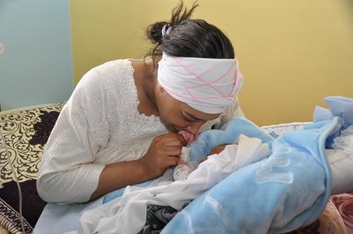 بالصور والفيديو من مراكش.. فرحة أم الرضيع المسروق (صور وفيديو)