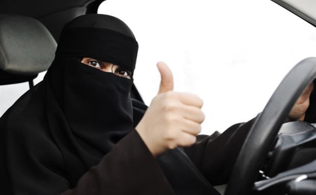 على سلامتهم.. السعودية تسمح للمراة بقيادة السيارة
