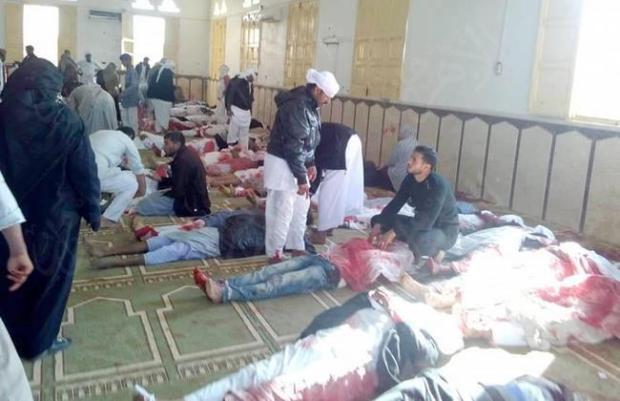 القتلة حاصروا المسجد بأربع سيارات رباعية الدفع.. عدد قتلى المجزرة الإرهابية في مصر بلغ 235