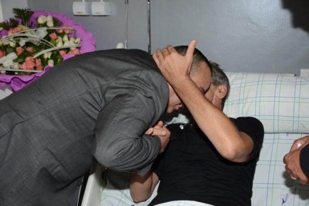 مبادرة زوينة.. وزير الثقافة يزور ميمون الوجدي في المصحة (صور)