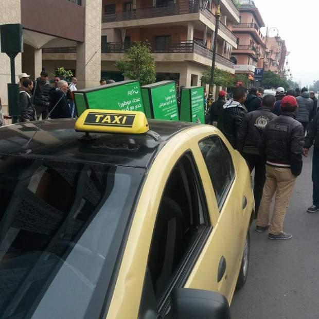 """بالصور من مراكش.. سائقون لسيارات أجرة يحاصرون دراجات هوائية تحمل إشهار شركة """"كريم"""""""