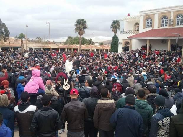 """بالصور من جرادة.. السكان يخرجون في """"مسيرات الأحياء"""""""