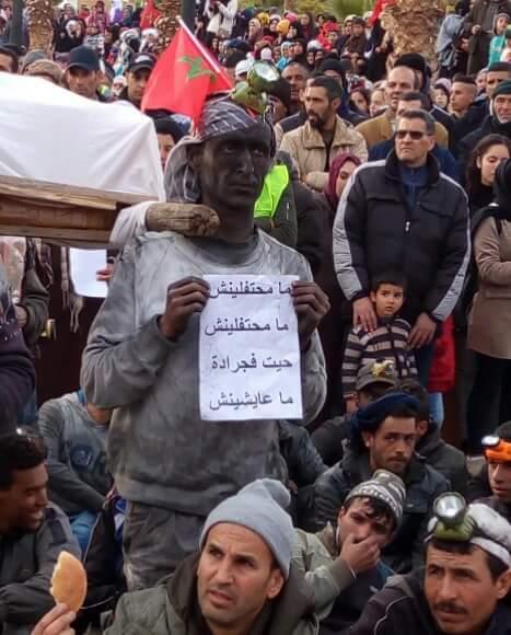 بالصور من جرادة.. احتجاجات بملابس عمال الساندريات