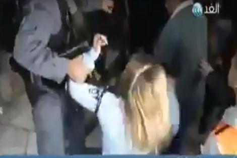 """بالفيديو من المسجد الأقصى.. سيدة فلسطينية """"سلخات"""" شرطية إسرائيلية!"""