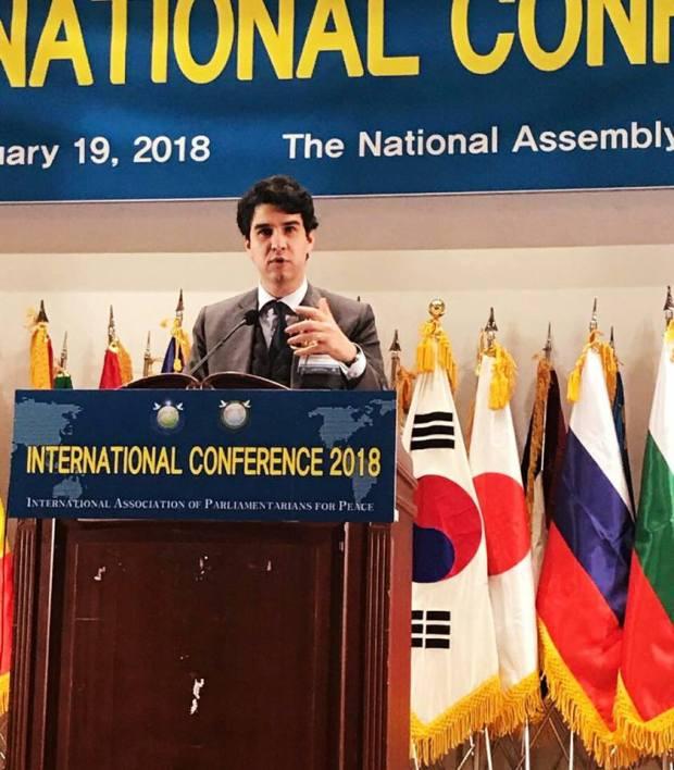 بالصور من سيول.. نجل عباس الفاسي في برلمان كوريا الشمالية